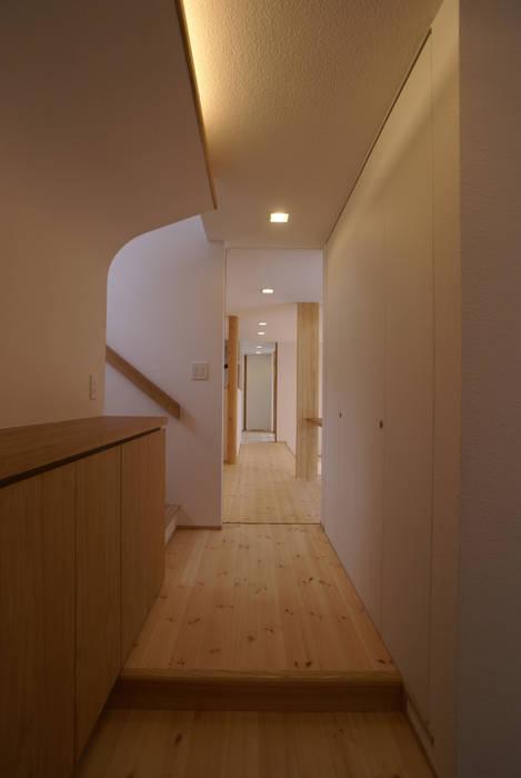 Couloir et hall d'entrée de style  par 伊達剛建築設計事務所, Éclectique