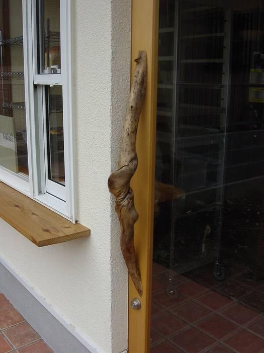 ドア 引手: 伊達剛建築設計事務所が手掛けた窓です。