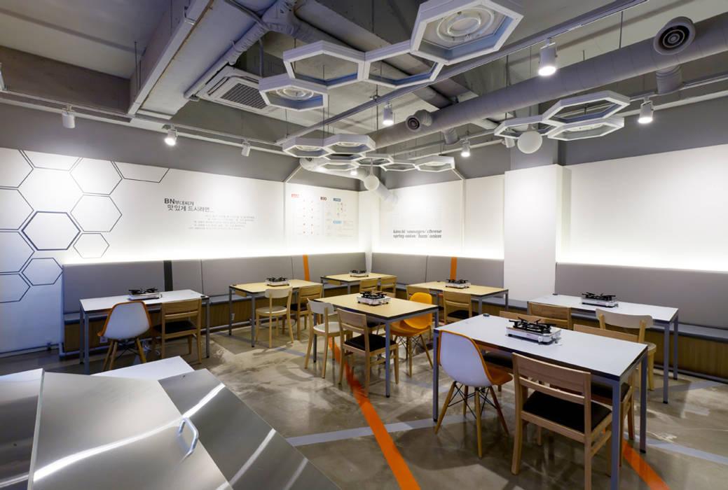 평범하지만 무난하지않은 공간: Design m4의  레스토랑
