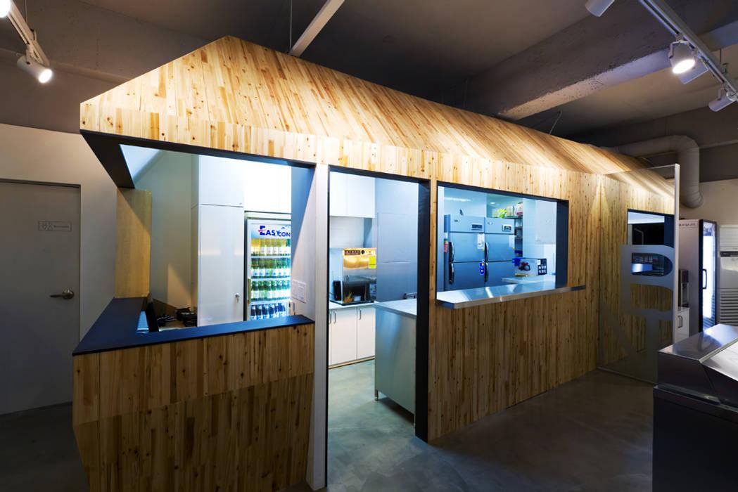 집을 연상케하는 부엌: Design m4의  레스토랑,