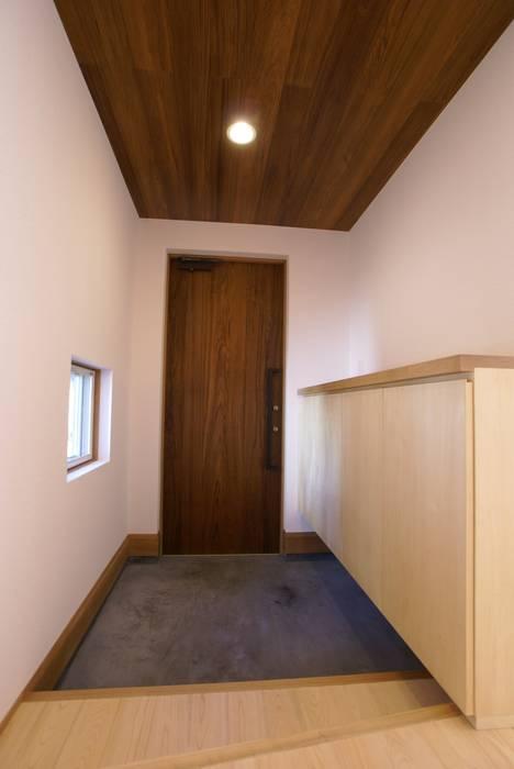 玄関: 伊達剛建築設計事務所が手掛けた窓です。