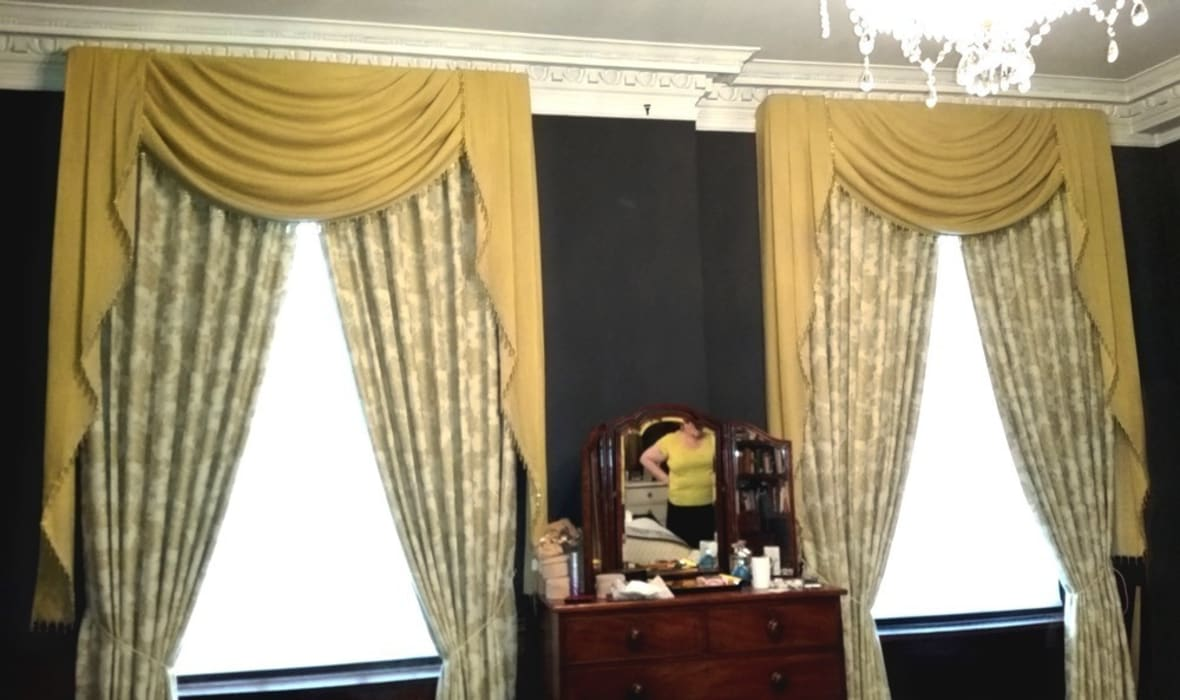 After: Puddled Swags and Tails Curtains par Alf Onnie
