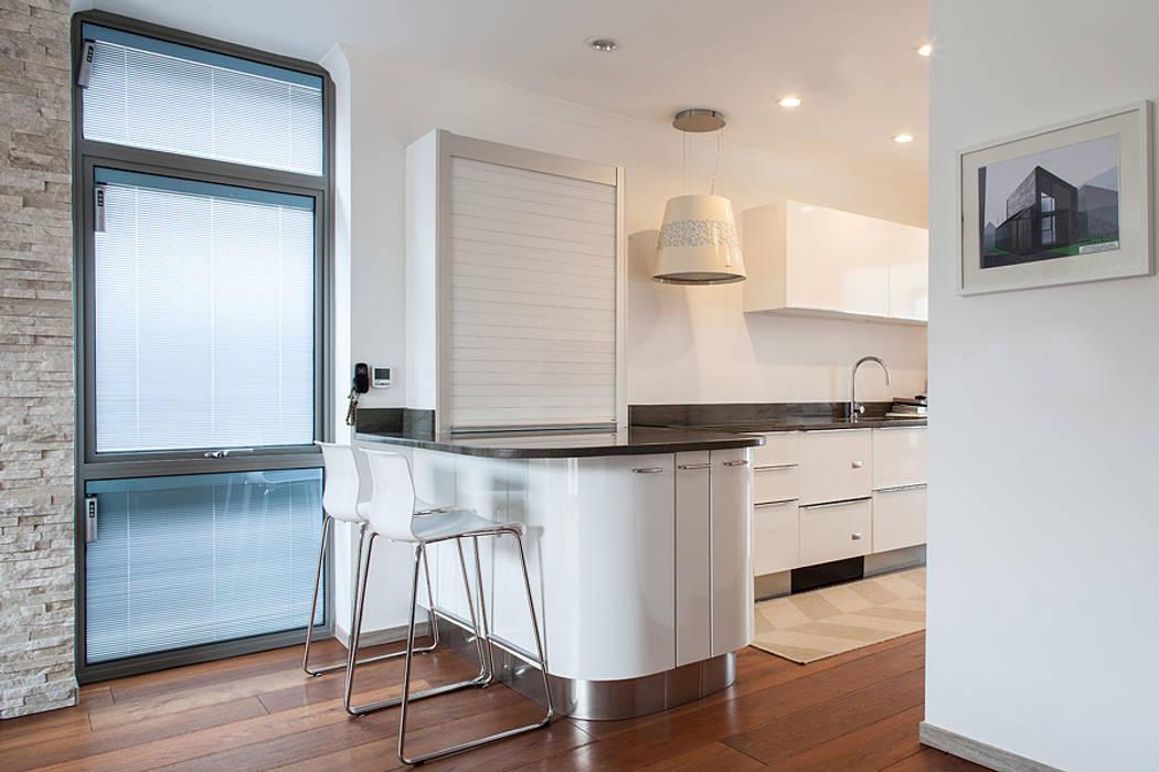 New Build House, London:  Kitchen by Nic  Antony Architects Ltd