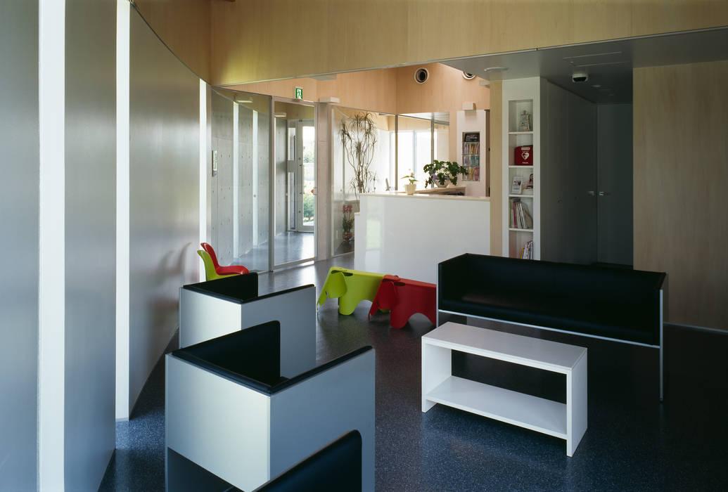 待合室2 モダンな医療機関 の プライム建築都市研究所 モダン