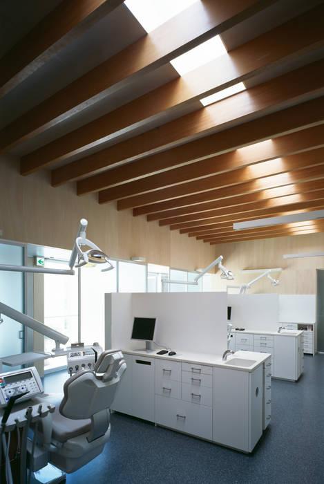 診療スペース モダンな医療機関 の プライム建築都市研究所 モダン