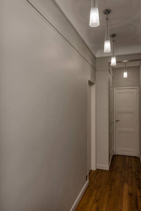 Couloir moderne: Couloir et hall d'entrée de style  par Decorexpat