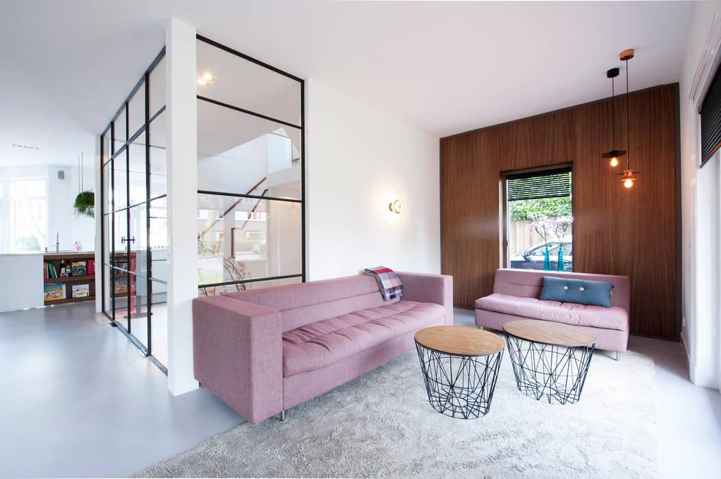 Verbouwing en inrichting jaren \'30 woning: moderne woonkamer door ...