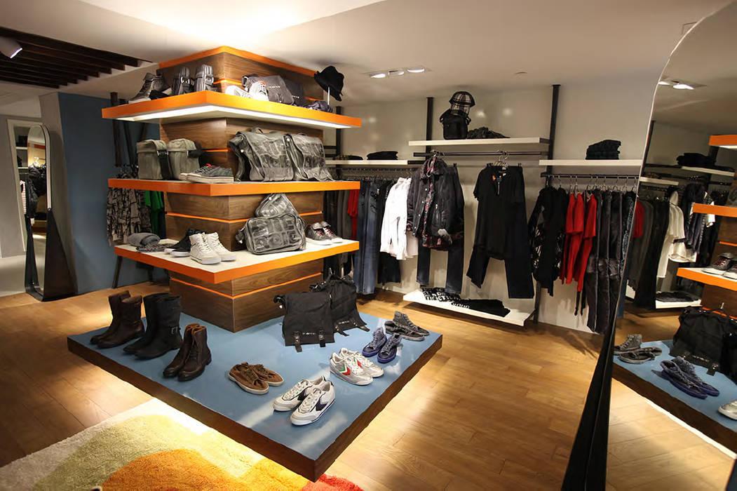 upstairs energie shoes area Spazi commerciali in stile eclettico di Pasquale Mariani Architetto Eclettico