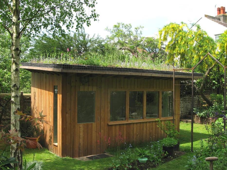 Artists' studio with green roof Organic Roofs Taman Modern