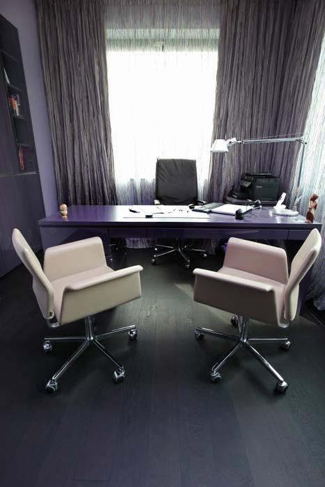 Домашний офис, кабинет: Рабочие кабинеты в . Автор – Архитектурное бюро Лены Гординой