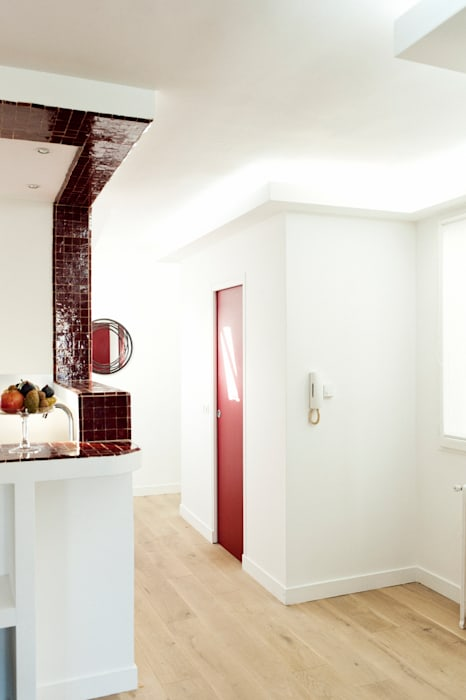 Trait de lumière pour souligner le volume de la salle de bain: Couloir et hall d'entrée de style  par Ateliers Safouane