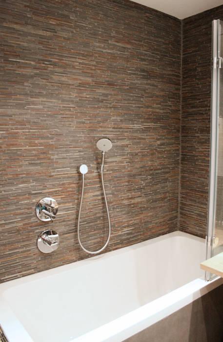 Salle de bain revêtue d'ardoise naturelle: Salle de bains de style  par Ateliers Safouane