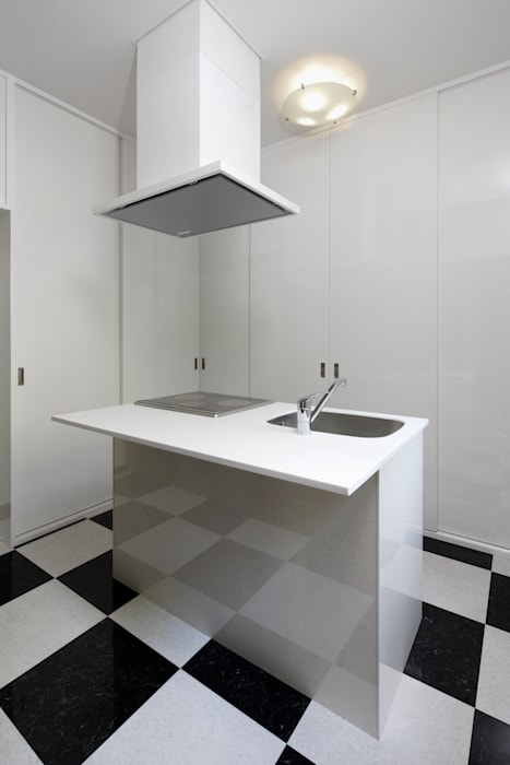 既製品を組み合わせたローコストキッチン: 鈴木賢建築設計事務所/SATOSHI SUZUKI ARCHITECT OFFICEが手掛けたキッチンです。
