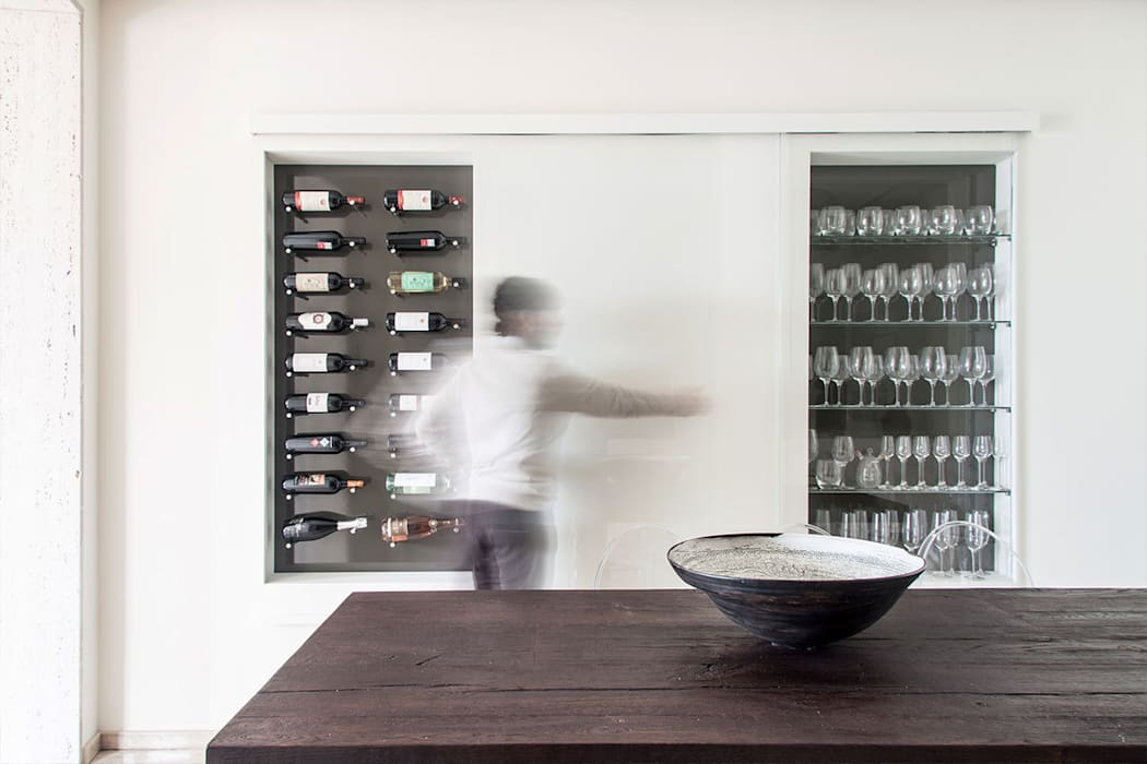 Nicchia vini: Sala da pranzo in stile in stile Minimalista di Tramas
