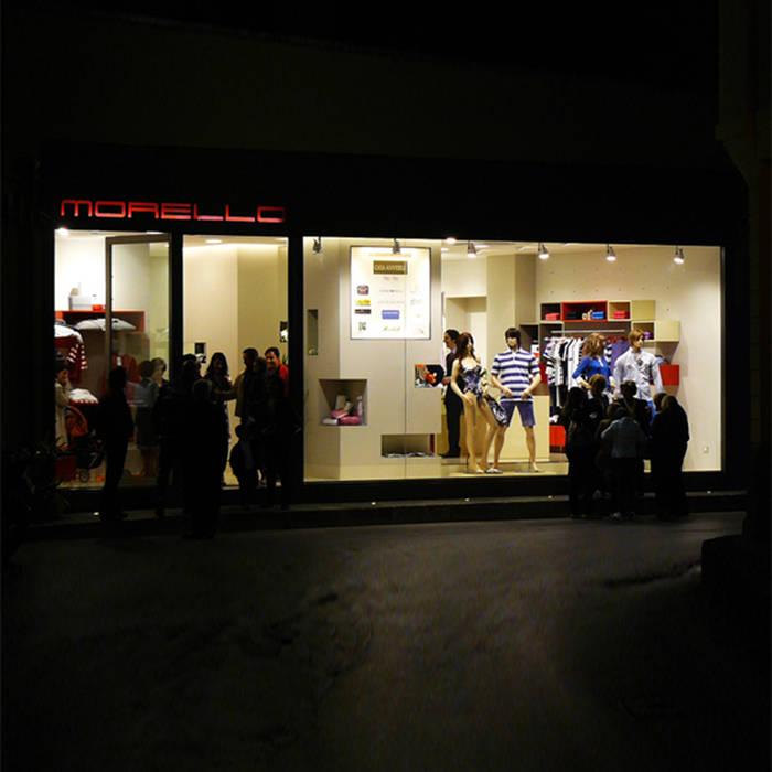 01: Negozi & Locali commerciali in stile  di Dittongo architetti