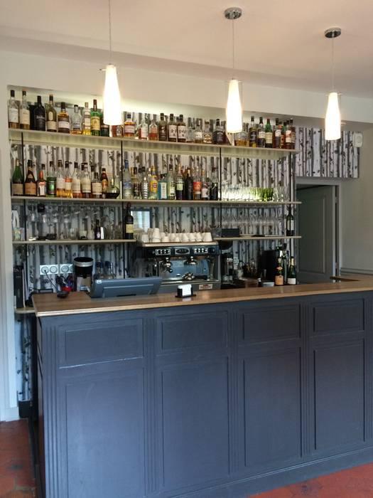 Décoration d'une Auberge Gastronomique: Bars & clubs de style  par At Ome
