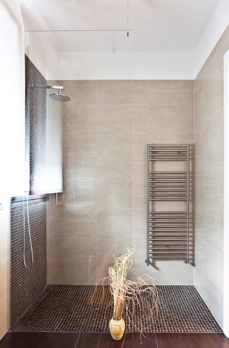 IL BAGNO: Bagno in stile in stile Moderno di micheladesalvadori architetto