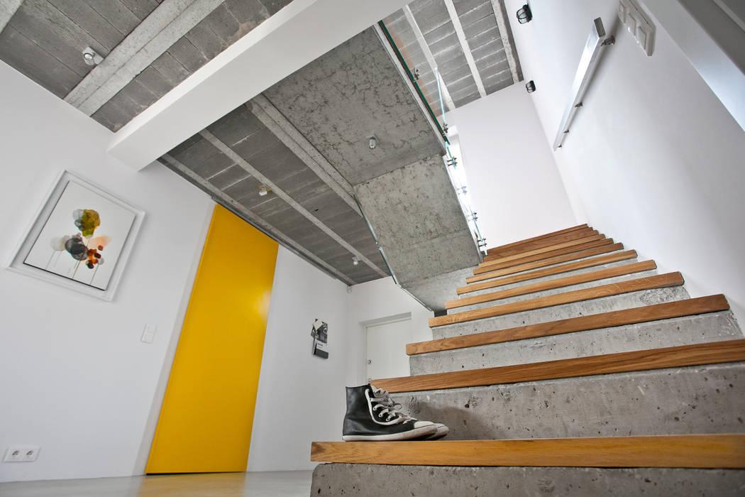 mode:lina™ Pasillos, vestíbulos y escaleras de estilo moderno