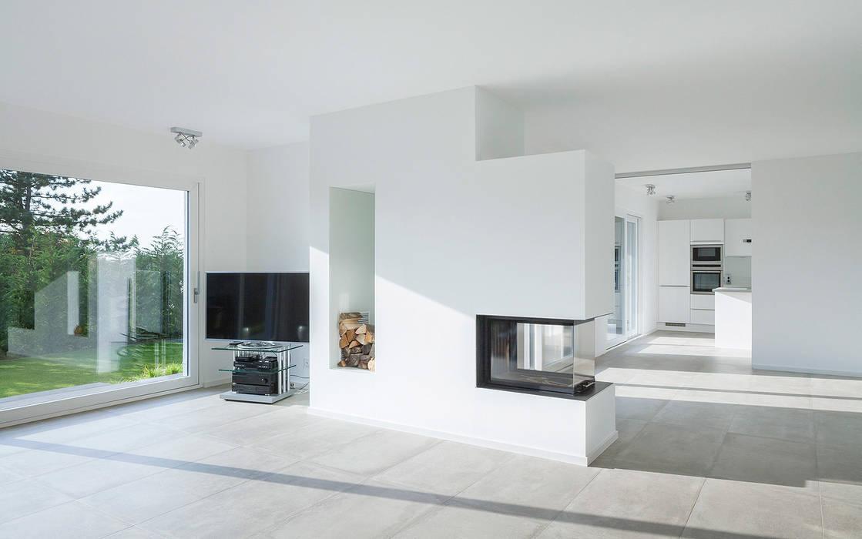 Offener Wohnraum mit Kamin Minimalistische Wohnzimmer von Skandella Architektur Innenarchitektur Minimalistisch