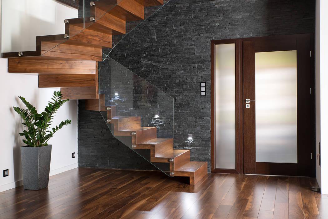 NOWOCZESNE SCHODY DYWANOWE Z SZKLANĄ BALUSTRADĄ BRODA schody-dywanowe Korytarz, hol i schodySchody