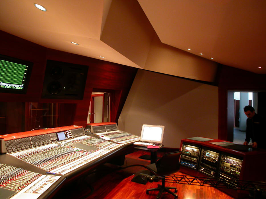 Forward Studios.: Sala multimediale in stile  di Zappata and Partners