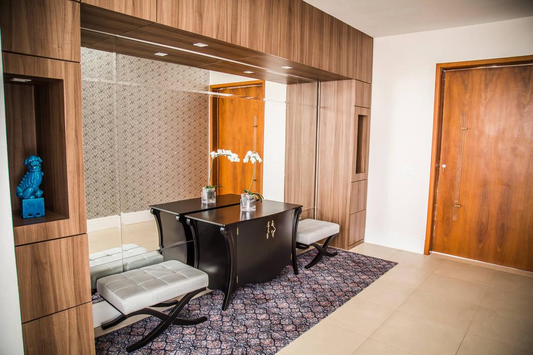 Couloir, entrée, escaliers modernes par HAUS Moderne
