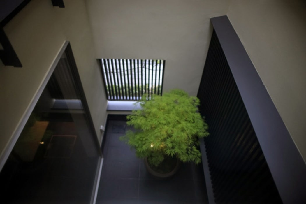 h i k a r i n i w a 廊下から光庭を見下ろす: アーキシップス古前建築設計事務所が手掛けた庭です。