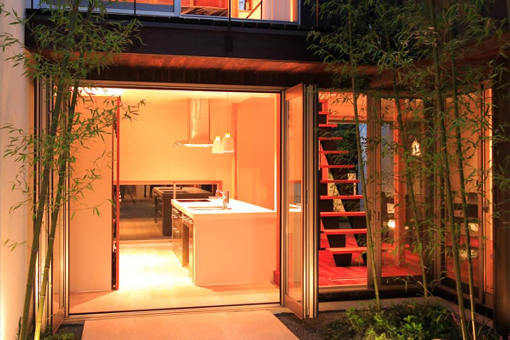 竹林風洞 キッチン 竹林から モダンな庭 の アーキシップス古前建築設計事務所 モダン