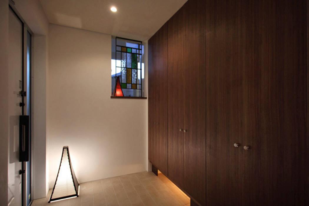 ファミリーポートレイト 玄関: アーキシップス古前建築設計事務所が手掛けた廊下 & 玄関です。