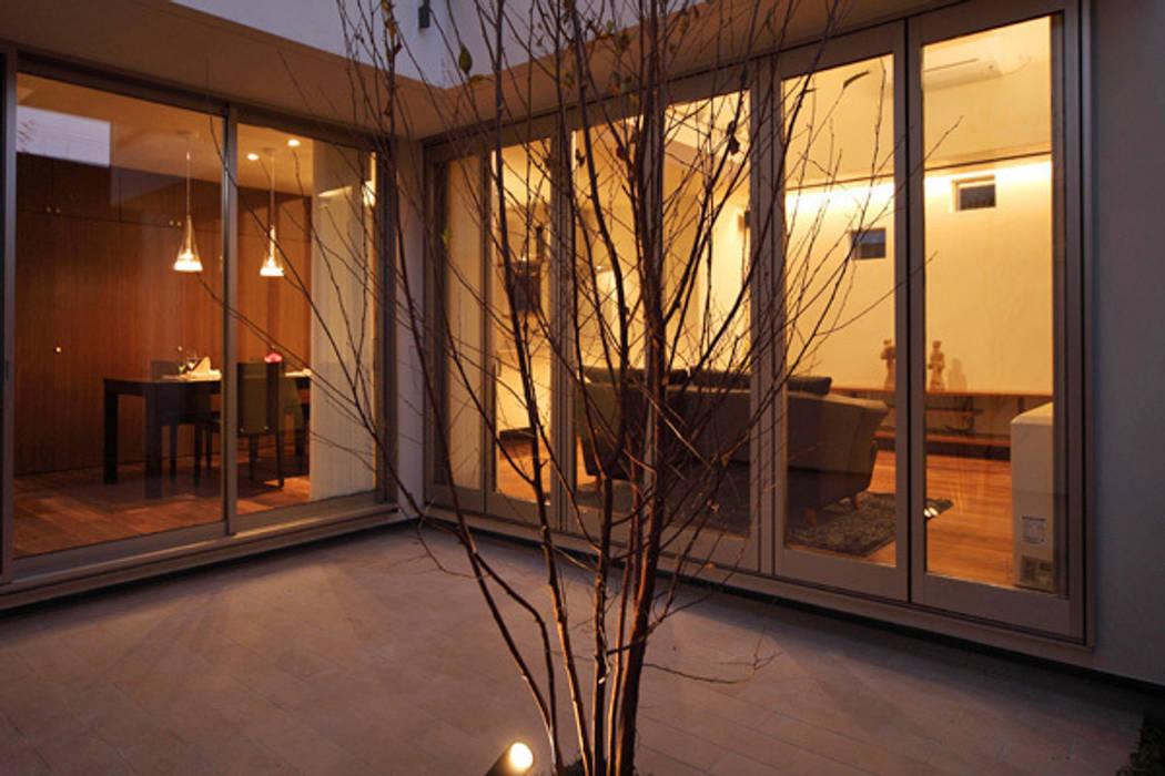ファミリーポートレイト 中庭から室内を見る: アーキシップス古前建築設計事務所が手掛けた家です。,モダン