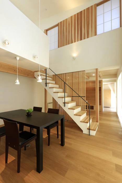 キッチンの家 キッチンから玄関方向: アーキシップス古前建築設計事務所が手掛けたダイニングです。,モダン