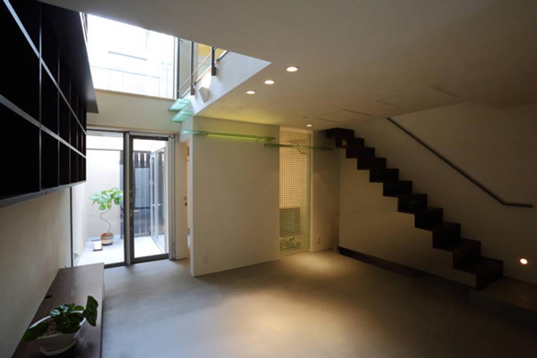 ねことひきこもる家 リビングから階段方向: アーキシップス古前建築設計事務所が手掛けたリビングです。