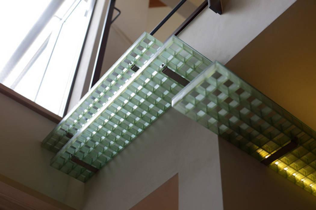 ねことひきこもる家 キャットウォーク モダンな 壁&床 の アーキシップス古前建築設計事務所 モダン