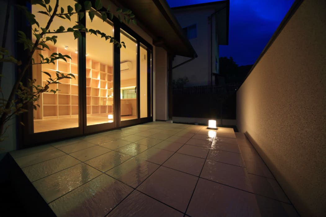 湖風の家 テラス夜景: アーキシップス古前建築設計事務所が手掛けたテラス・ベランダです。