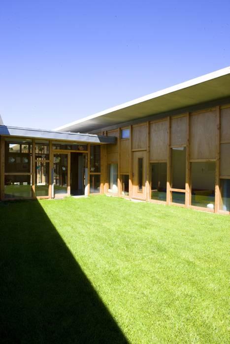 Maison de l'enfance HQE à Peyrolles en Provence: Jardin de style  par Adrien Champsaur Architecture