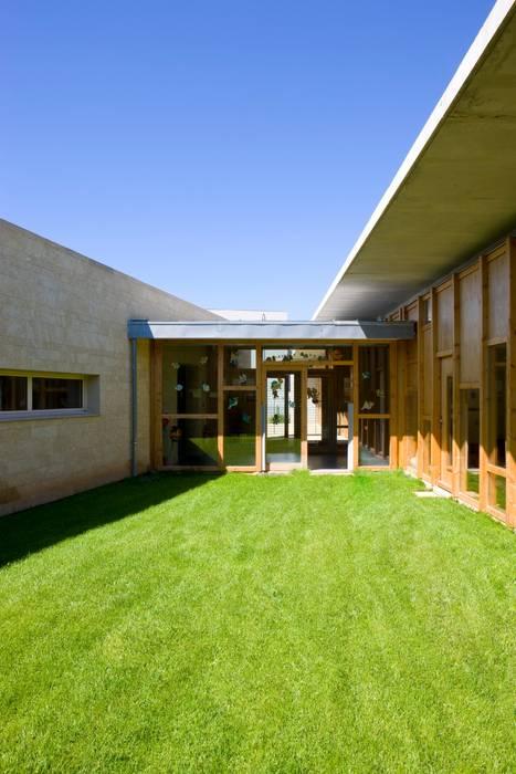 Maison de l'enfance HQE à Peyrolles en Provence: Jardin de style de style Méditerranéen par Adrien Champsaur Architecture