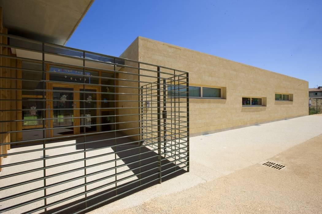 Maison de l'enfance HQE à Peyrolles en Provence: Fenêtres de style  par Adrien Champsaur Architecture