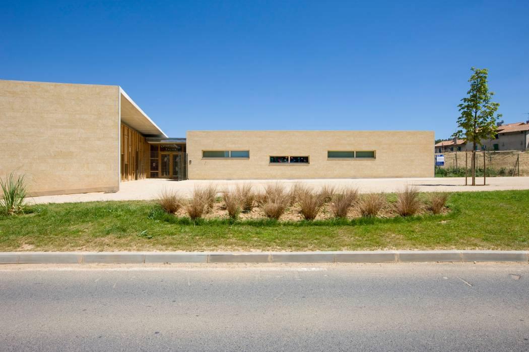 Maison de l'enfance HQE à Peyrolles en Provence: Maisons de style de style Méditerranéen par Adrien Champsaur Architecture