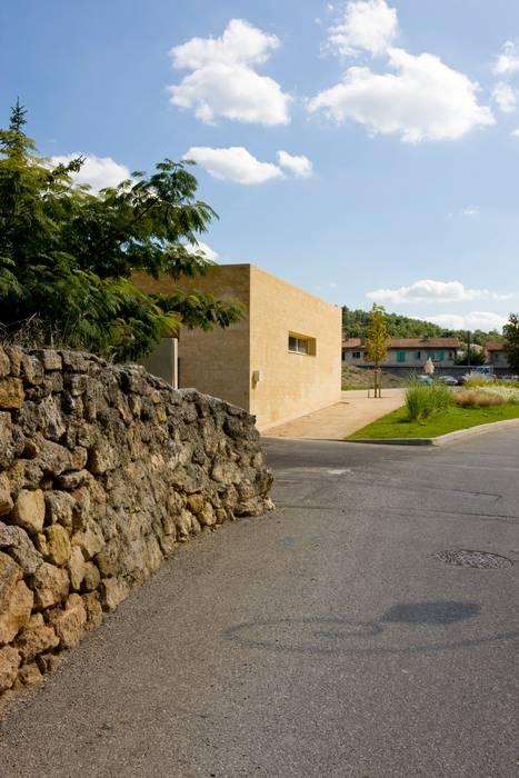 Maison de l'enfance HQE à Peyrolles en Provence: Maisons de style  par Adrien Champsaur Architecture