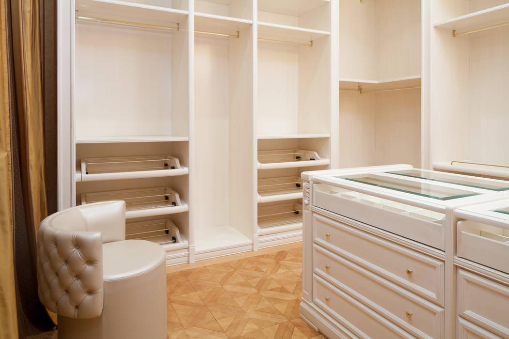 Двухэтажная квартира в Лаврушинском переулке 270 м2: Гардеробные в . Автор – Gallery 63, Классический