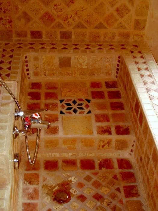 vasca in muratura: Bagno in stile in stile classico di Il mosaico sas & co di salem mohsen