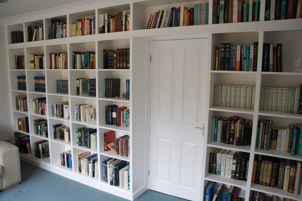 Fitted bookshelves around doorway Nowoczesne domowe biuro i gabinet od Freebird Fitted Furniture Nowoczesny