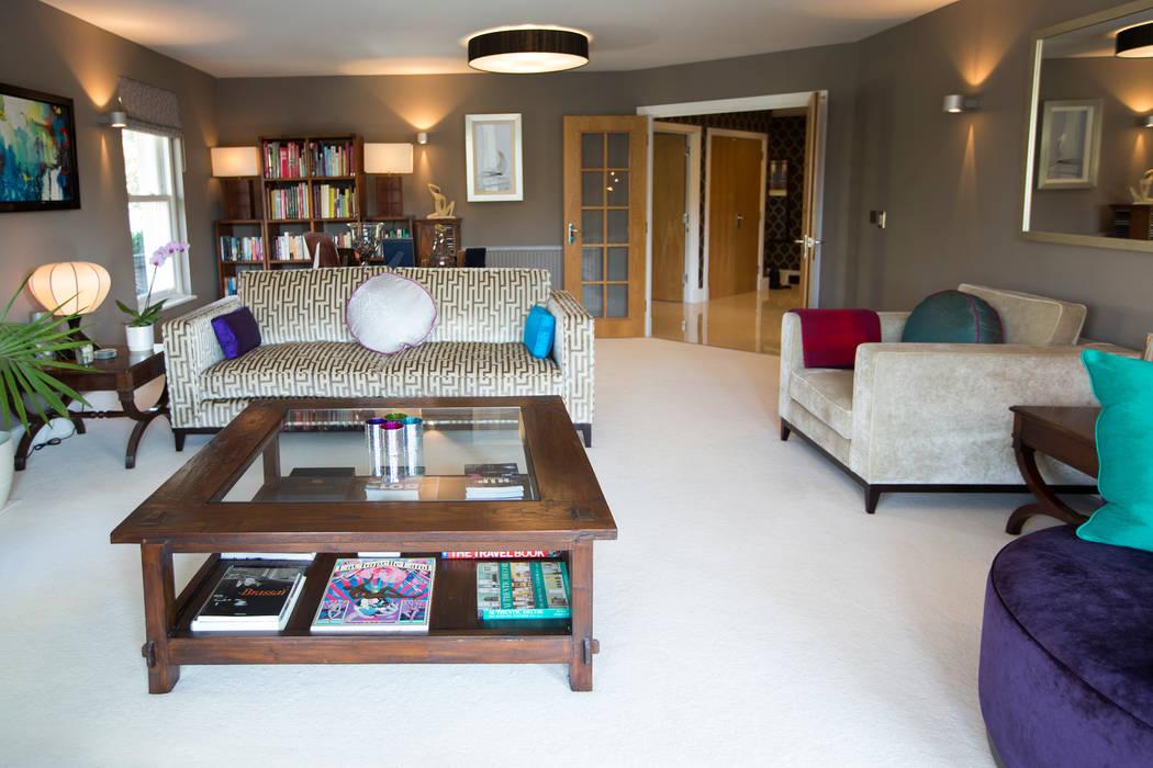 Modern Sofa Feauturing Geometric Neutral Fabric 现代客厅設計點子、靈感 & 圖片 根據 Design by Deborah Ltd 現代風