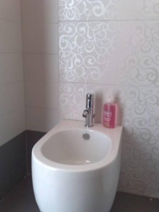 Bagno ghiaccio / grigio: decoro a parete : Pareti in stile  di Roberta Rose