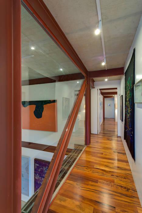 Corredor: Corredores e halls de entrada  por Denise Macedo Arquitetos Associados