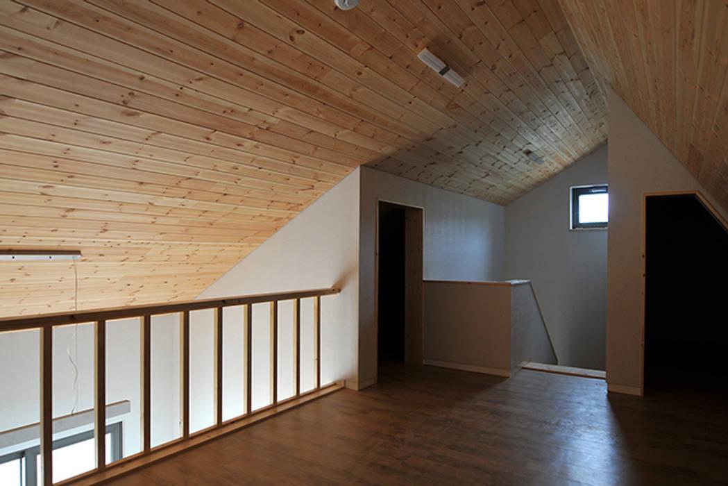 ห้องนั่งเล่น โดย (주)오우재건축사사무소 OUJAE Architects, โมเดิร์น
