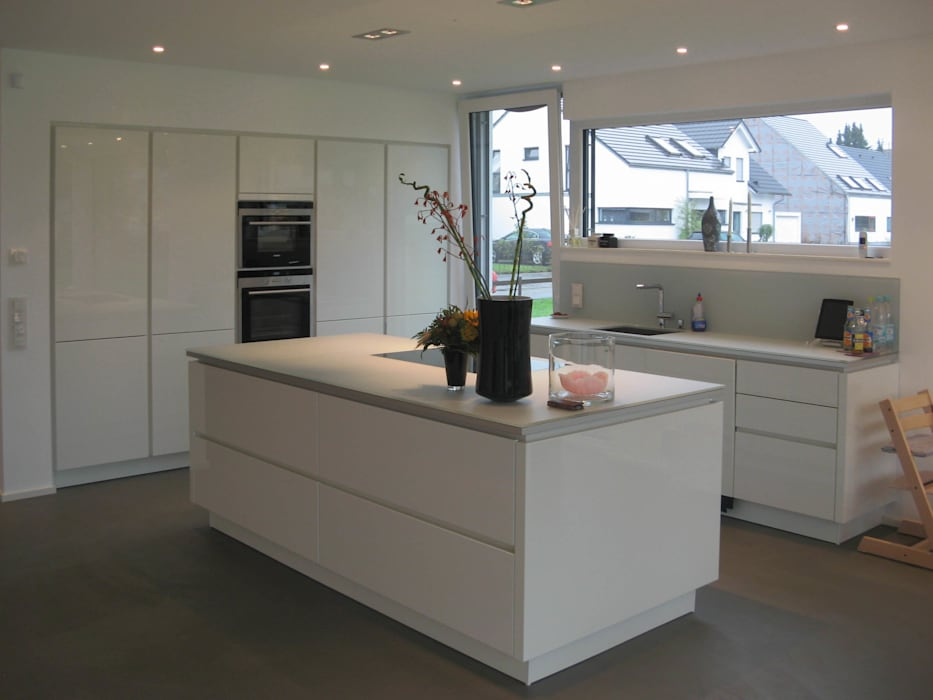 Neubau eines  Einfamilienhauses  mit Garage  50999 Köln:  Küche von STRICK  Architekten + Ingenieure