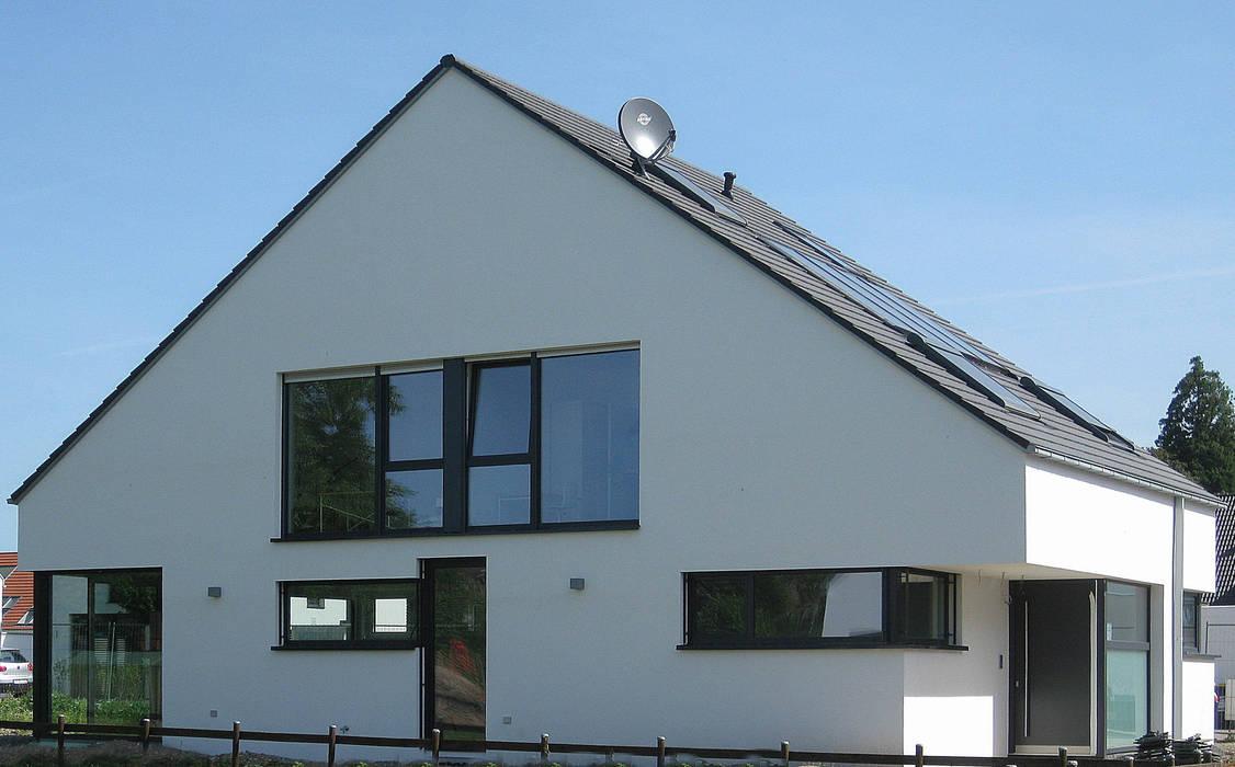 Neubau eines  Einfamilienhauses  mit Garage  50999 Köln:  Häuser von STRICK  Architekten + Ingenieure