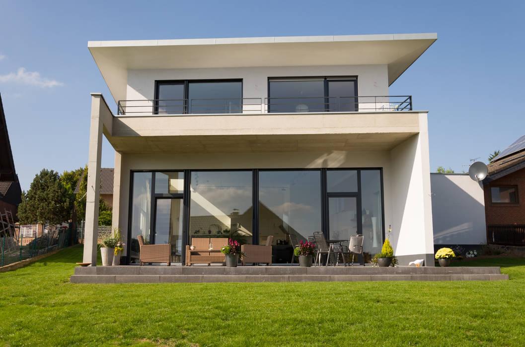 Neubau eines Einfamilienhauses mit Doppelgarage in Hanglage STRICK Architekten + Ingenieure Moderne Häuser
