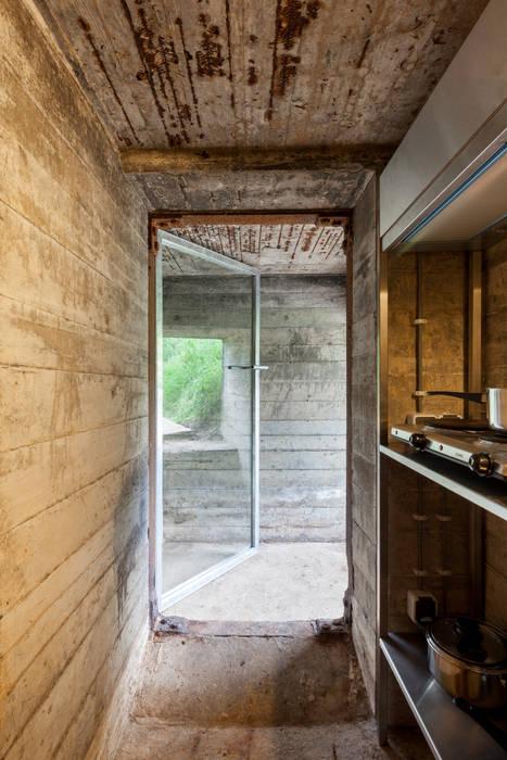 工業風的玄關、走廊與階梯 根據 B-ILD Architects 工業風